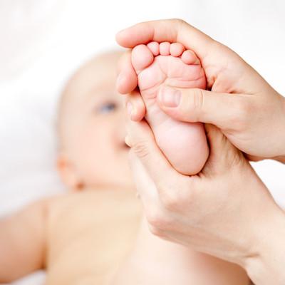 Lợi ích tuyệt vời khi mát xa chân cho bé
