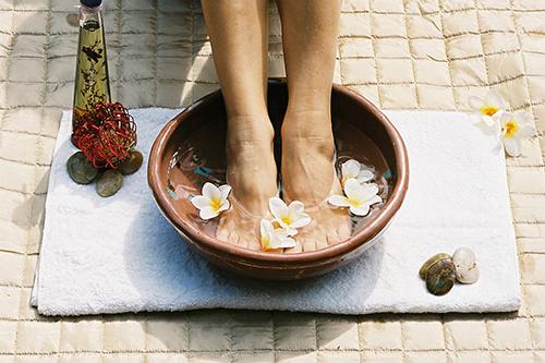 các lợi ích của việc ngâm chân cùng nước muối ở căn nhà