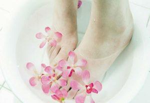 Tác dụng việc ngâm chân với nước muối